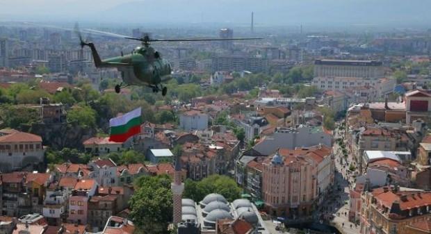 Хеликоптери кръжат ниско край Пловдив, а въздухът вони ужасно. Това