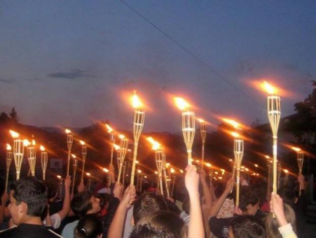 Снимка: Родолюбиви бургазлии почитат паметта на Апостола с факелно шествие