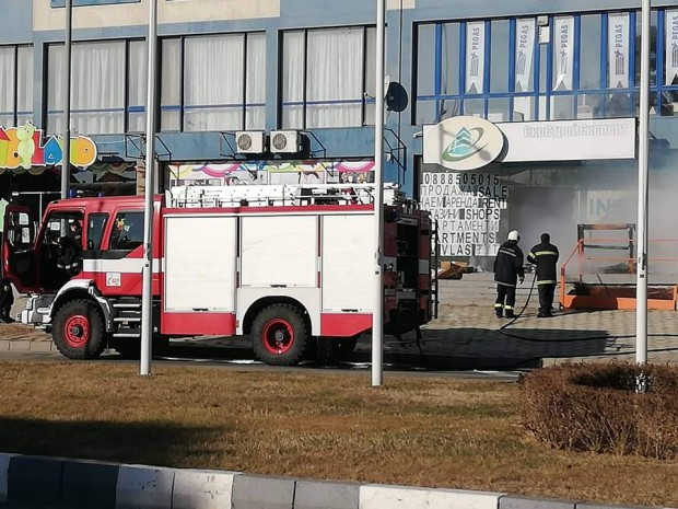 Burgas24.bg виж галерията Отпадъци, складирани в бизнес сградата, са изгорели при