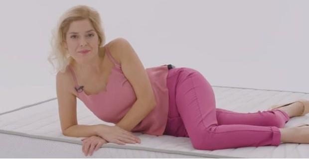 Снимка: Реклама показа Алекс Сърчаджиева доволна и щастлива! Хората бесни: Спрете я, изроди!