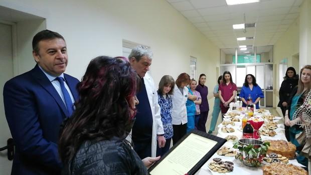 Снимка: Кметът на Благоевград подари пациентен монитор за нуждите на АГО