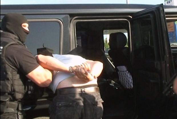 Служители на СДВР задържаха 56-годишен, криминално проявен мъж от Бургас.