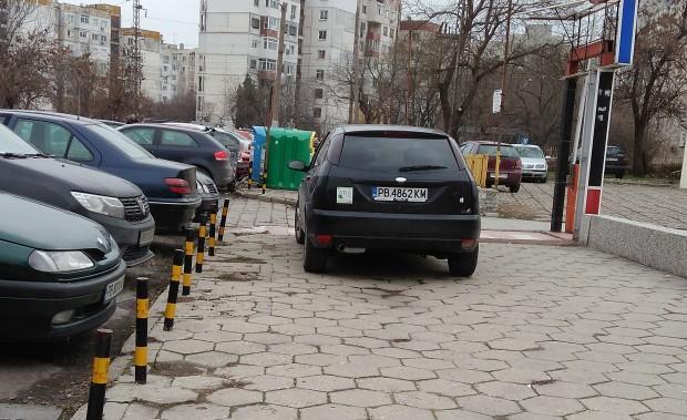 Пореден сигнал за самоволно паркиране на тротоар изпрати читател до
