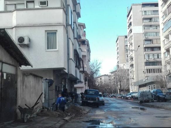 Читател на Plovdiv24.bg алармираза разкопани тротоари в