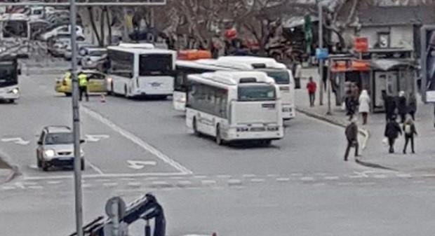 За катастрофа между таксиметров автомобил и автобус от масовия градски