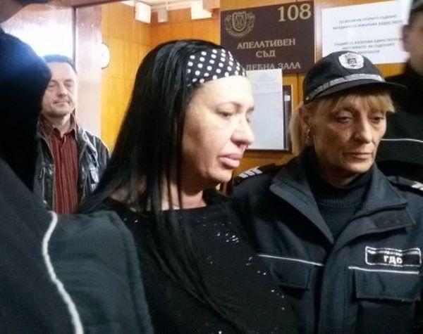 <div Силиконката Анита Мейзер дели килия в Сливенския затвор с