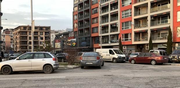 Снимка: Пловдивчанин: Безобразно паркиране, няма минаване!