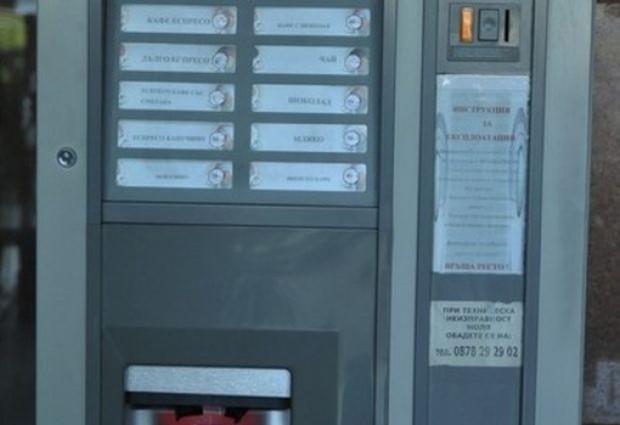 Снимка: Тийнейджъри разбиват кафе автомати в Камено, хванаха ги!