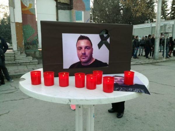 Снимка: Хиляди организират бдение в Кюстендил в памет на убития Валери
