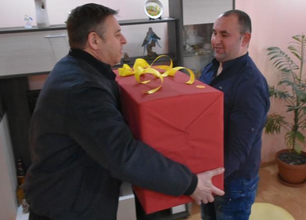 Снимка: Първото бебе за 2019 година в Благоевград получи триколка от кмета