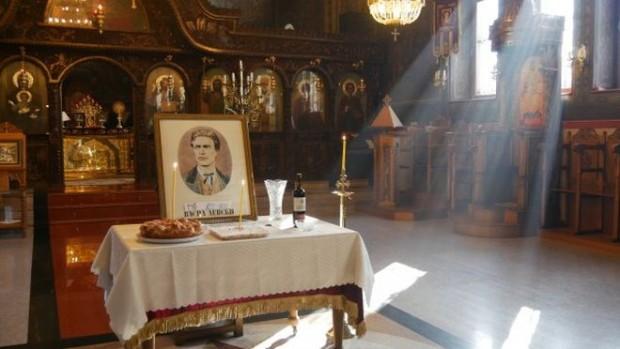 Поколенията на Пловдив извиха опашка пред паметника на Васил Левски,