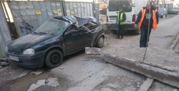 Бетонен къс се срути върху лек автомобил в столичния квартал