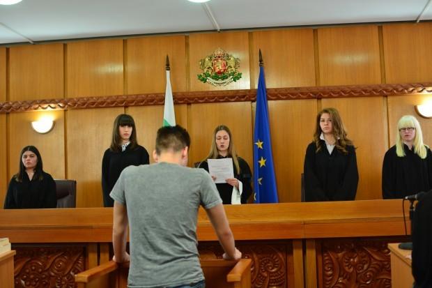 Снимка: Десетокласници подготвят възстановка на съдебен процес по действителен случай