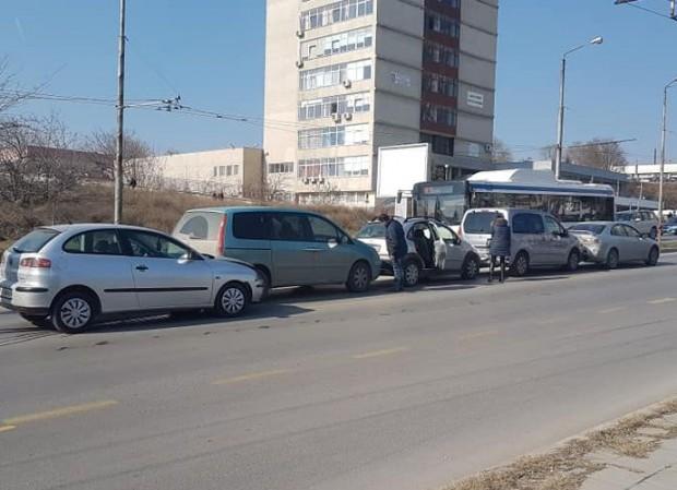 Снимка: 5 коли се нанизаха във верижна катастрофа до КАТ-Варна