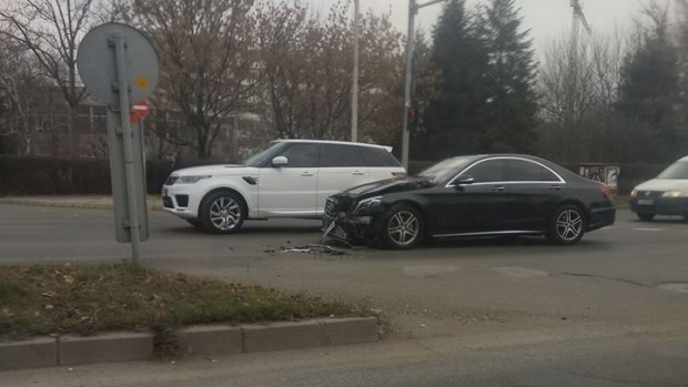 Лъскав автомобил е ударен от камион до УМБАЛ Бургас, алармират