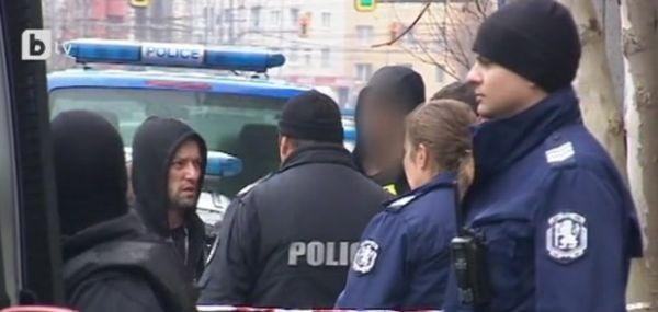 Трима полицаи са леко ранени при инцидент на пресечката на
