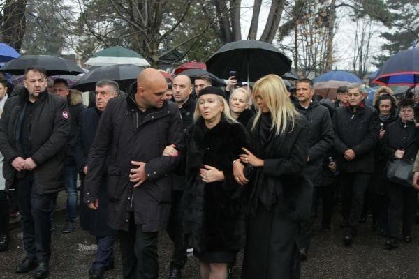 Снимка: Хиляди изпратиха Шабан Шаулич в последния му път! Погребаха го с пари в ръка