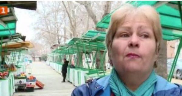 Продавачка на плодове и зеленчуци на пазар в Пловдив без