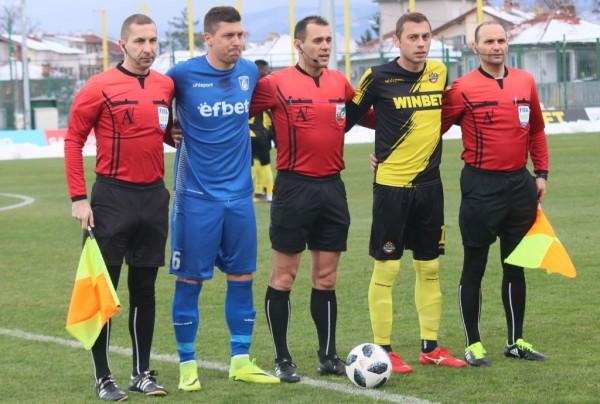 Капитанът на Ботев (Пловдив)Лъчезар Балтановсе контузи в дебютните минути на