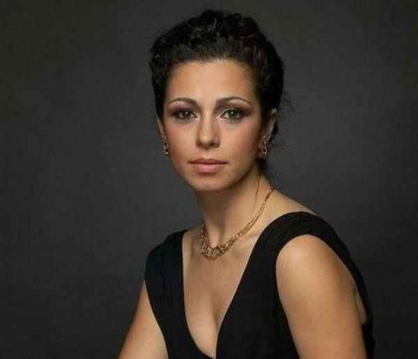 Снимка: Тежки грижи налегнаха сексапилната Елена Петрова