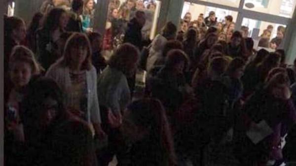 Снимка: Само в Burgas24.bg: Върна ли комунизма бургаска елитна гимназия с абсурден дрескод? Оставиха ученици извън класните стаи!
