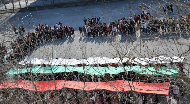 Снимка: С огромен национален трибагреник и голямо хоро ученици започнаха честванията за 3 март