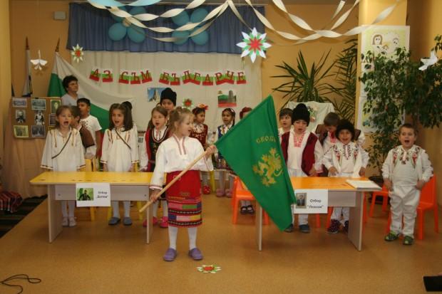 Снимка: Ето как малки родолюбци село Маринка посрещат 3 март