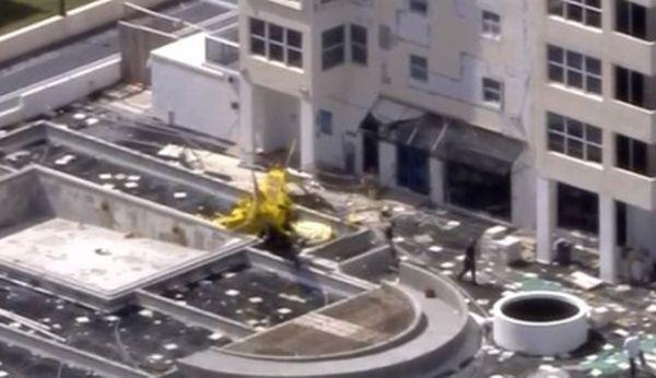 Малък самолет се вряза в многоетажна сграда в град Форт