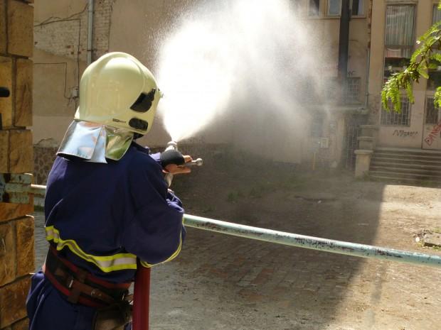 Снимка: Пламъци и гъст дим на ул.