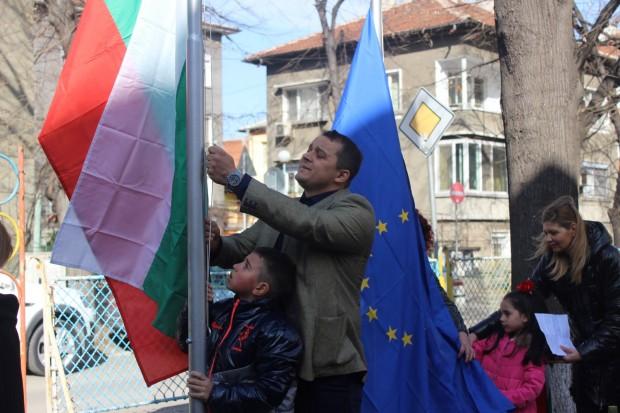 Снимка: Родител-дарител издигна пилони със знамена пред детска градина