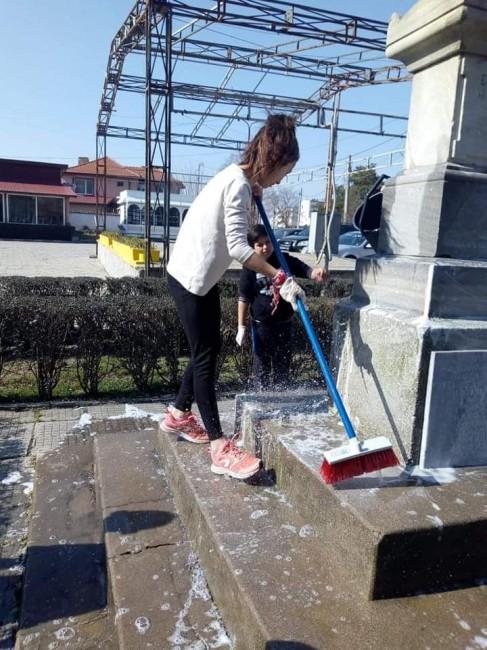 Снимка: Похвално! Деца от Белозем почистиха паметник за Националния празник