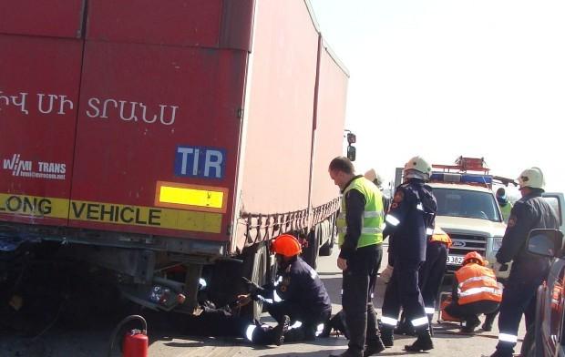 Снимка: Камион помете джип и затапи магистралата край Пловдив
