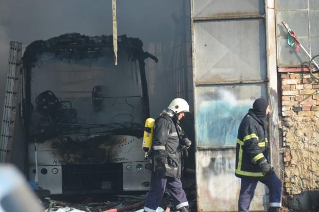 Снимка: Пожар изпепели автобус и склад за дървени палети във Варна