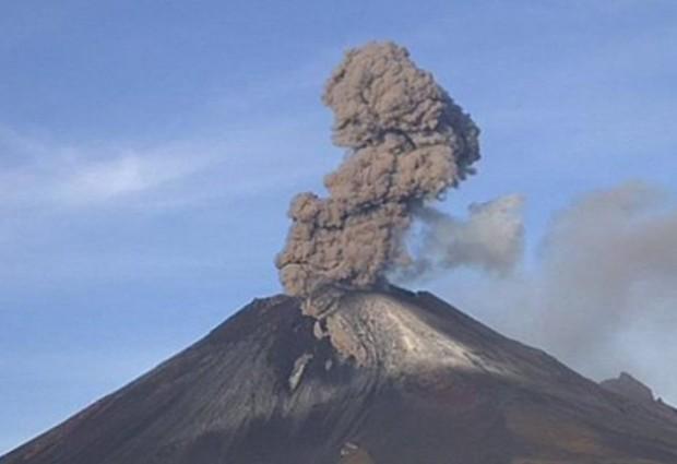 Вулканът Попокатепетъл в Мексико изригна с мощна експлозия, която озари
