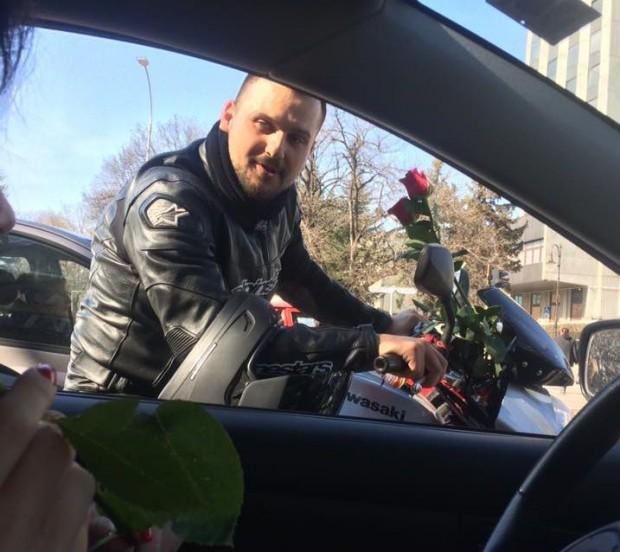 Снимка: Мотористи раздават рози на дами из улиците на Варна, предават им важно послание