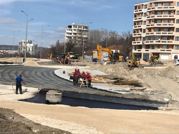 Varna24.bg Оформя се кръговото кръстовище, което свързва новия бул.