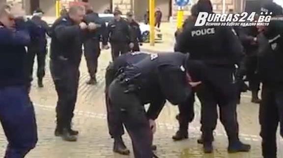 Снимка: Комедия на жълтите павета! Полицаи пуснаха сълзотворен газ срещу вятъра, резултатът ще ви разсмее