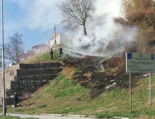 Фейсбук Огнеборци потушиха пламнали сухи треви и храсти по ската под