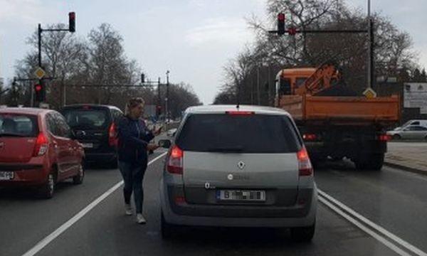 Varna24.bg сигнализира, че жена снове между автомобилите по натоварен булевард