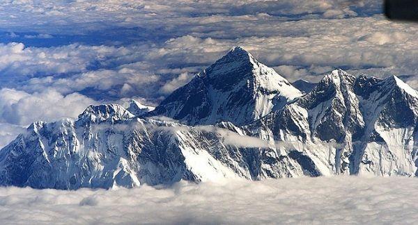 Близо 300 алпинисти са загинали по пътя към най-високия връх,