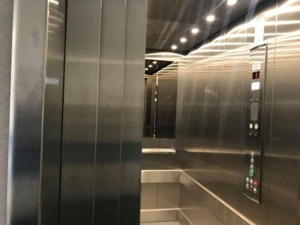 Varna24.bg Нов асансьор вече е монтиран в сградата с бръшляна
