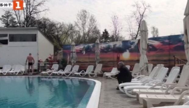 Ламарина падна от покрива на хотел в курортния град Баня,