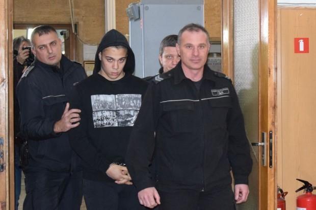 Снимка: Отмениха домашния арест на ученика за опита за убийство на охранителя от