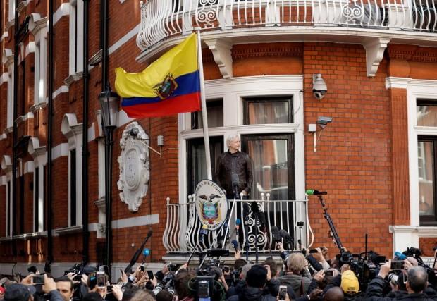 Matt Dunham/Associated PressДжулиан Асанж, основател на WikiLeaks, бе задържан в