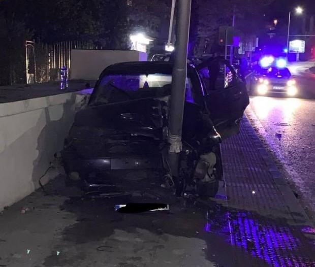 Снимка: Автомобил се заби в стълб на спирка