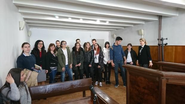 Снимка: Съдебната палата във Варна за пореден път се изпълни с любопитни младежи