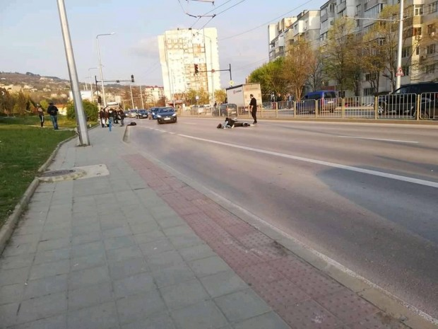 Снимка: Моторист потроши момиче, пресичащо на зелен светофар във Варна