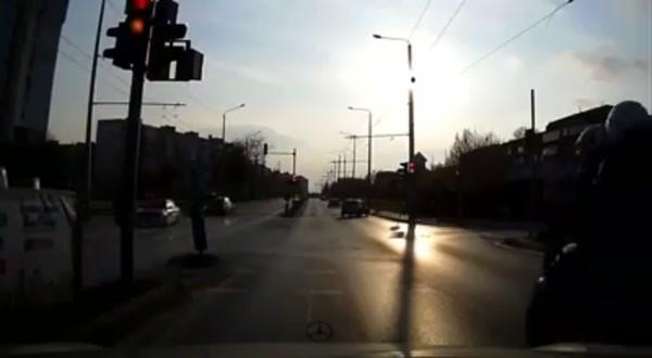 Снимка: Видео показа ужасяващия сблъсък на мотора с пешеходката по бул.