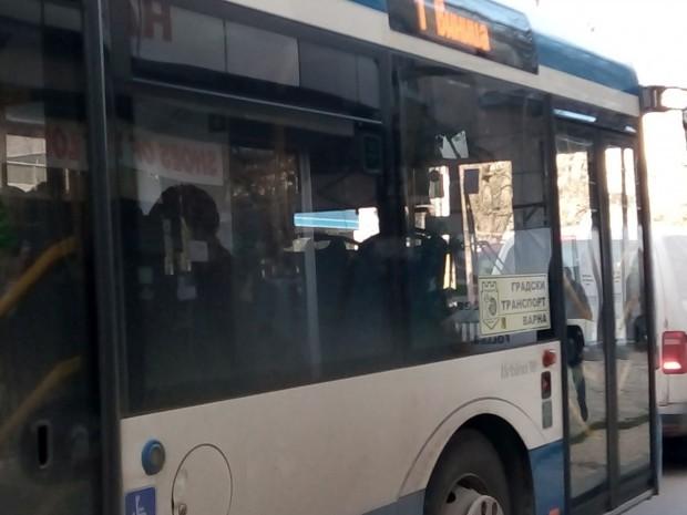 Снимка: Мъж е с опасност за живота след падане в градски автобус във Варна