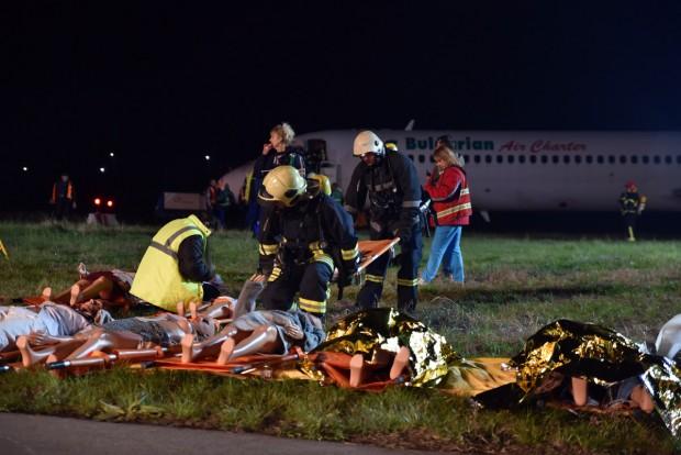 Снимка: Грандиозно учение през нощта на варненското летище! Инцидент, пламъци, ранени пътници